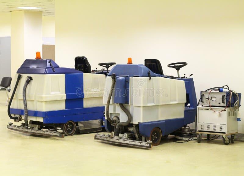 Μηχανές για τα μεγάλα διαστήματα καθαρισμού Επαγγελματικές καθαρίζοντας μηχανές πατωμάτων στοκ εικόνα με δικαίωμα ελεύθερης χρήσης