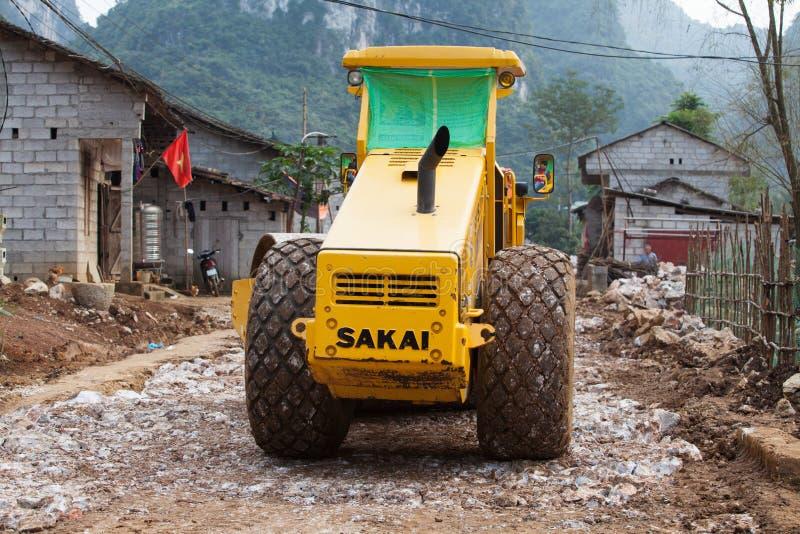 Μηχανές κυλίνδρων που λειτουργούν σε έναν under-construction δρόμο βουνών στοκ εικόνες