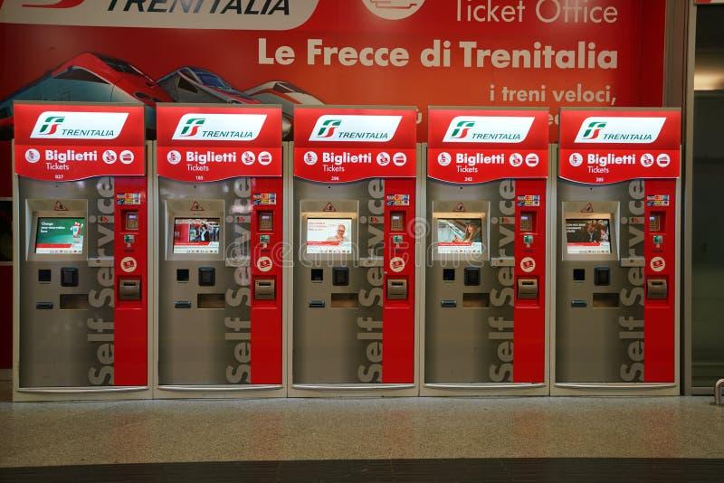 Μηχανές πώλησης εισιτηρίων σταθμών τρένου StationVenice Santa Lucia τραίνων της Βενετίας Santa Lucia στοκ εικόνα