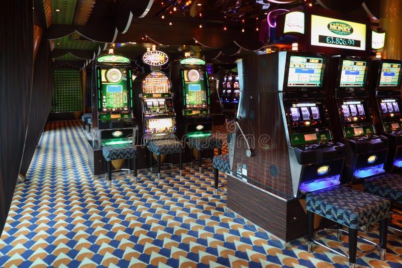 Μηχανήματα τυχερών παιχνιδιών με κέρματα στη χαρτοπαικτική λέσχη στη πλευρά Luminosa σκαφών της γραμμής στοκ εικόνα με δικαίωμα ελεύθερης χρήσης