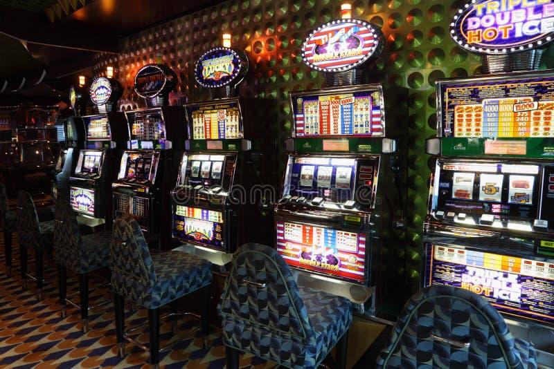 Μηχανήματα τυχερών παιχνιδιών με κέρματα στο δωμάτιο παιχνιδιού στη πλευρά Luminosa σκαφών της γραμμής στοκ εικόνες