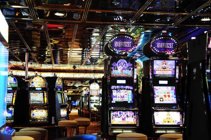 Μηχανήματα τυχερών παιχνιδιών με κέρματα - δωμάτιο χαρτοπαικτικών λεσχών - παιχνίδια μετρητών στοκ φωτογραφίες