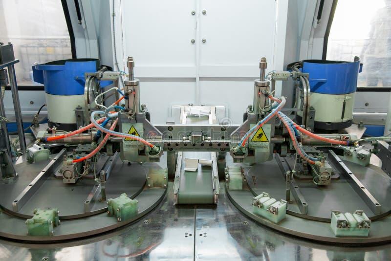 Μηχανή για την παραγωγή της άρθρωσης πορτών και παραθύρων στοκ εικόνες