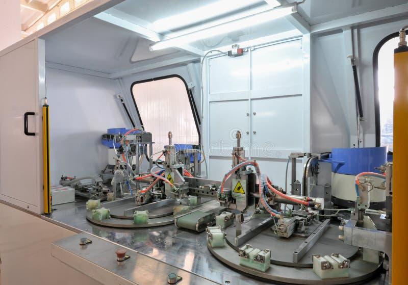 Μηχανή για την παραγωγή της άρθρωσης πορτών και παραθύρων στοκ φωτογραφίες με δικαίωμα ελεύθερης χρήσης