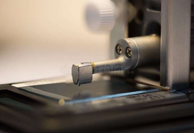 Μηχανή ελεγκτών τραχύτητας επιφάνειας βαθμολόγησης με την ομάδα διαμετρημάτων στοκ φωτογραφία με δικαίωμα ελεύθερης χρήσης