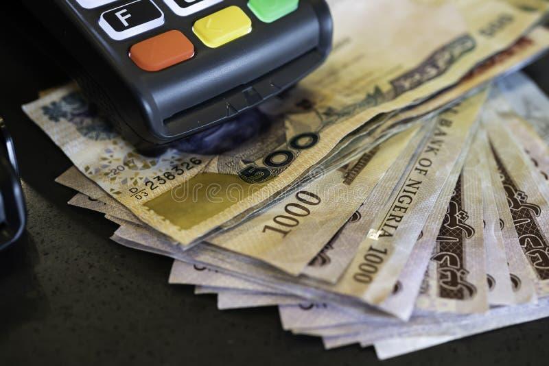 Μηχανή θέσεων πώλησης με τις νιγηριανές Naira σημειώσεις στοκ φωτογραφία