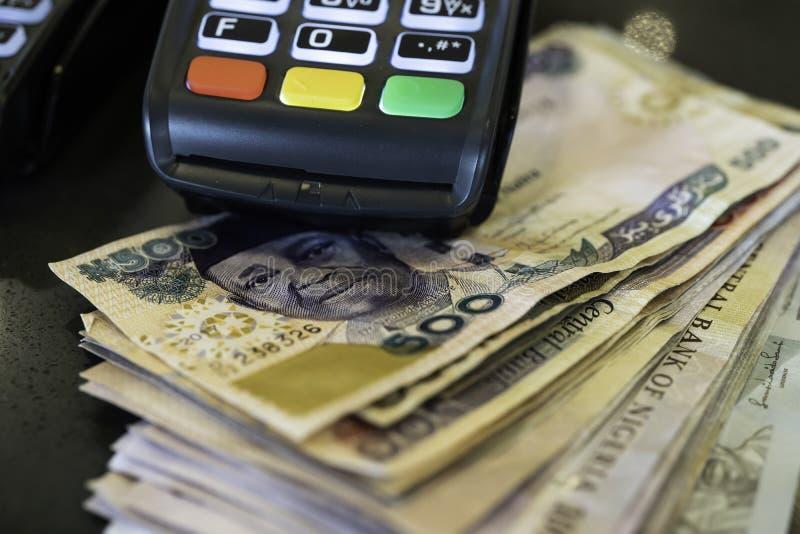 Μηχανή θέσεων πώλησης με τις νιγηριανές Naira σημειώσεις στοκ φωτογραφία με δικαίωμα ελεύθερης χρήσης