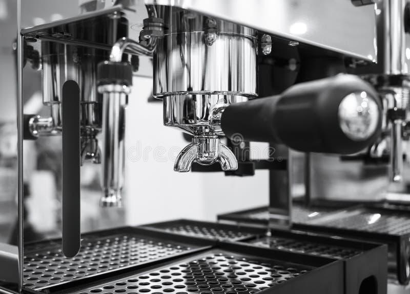 Μηχανή καφέ που καθιστά το εστιατόριο καφέδων espresso γραπτό στοκ εικόνα