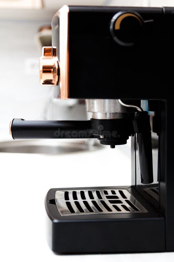 Μηχανή καφέ στην εγχώρια κουζίνα κατασκευαστής καφέ στοκ φωτογραφία με δικαίωμα ελεύθερης χρήσης