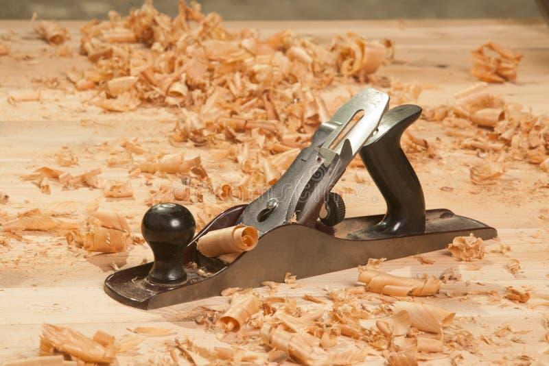Μηχανή πλανίσματος και ξέσματα στο ξύλο στοκ φωτογραφίες με δικαίωμα ελεύθερης χρήσης