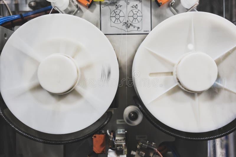 Μηχανή συσκευασίας ποτών κοντά επάνω στοκ εικόνες
