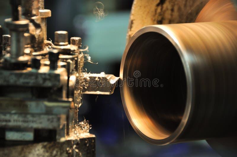 Μηχανή τόρνου σε ένα εργαστήριο, μέρος του τόρνου Η μηχανή τόρνου είναι λειτουργία στο εργαστήριο στοκ εικόνα