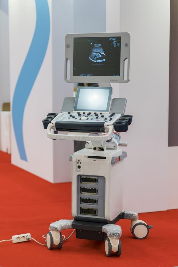 Μηχανή υπερήχου προόδου στο νοσοκομείο κάθετη μηχανή υπερήχου φωτογραφιών νέα στοκ εικόνα με δικαίωμα ελεύθερης χρήσης