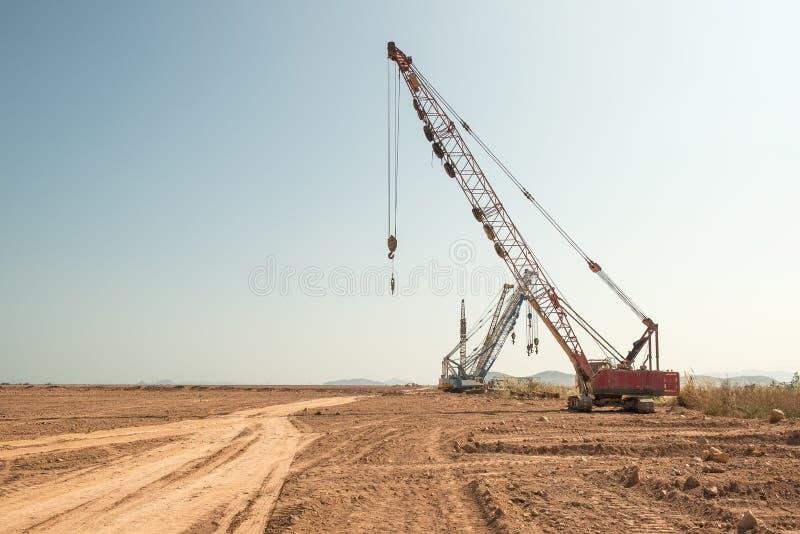Μηχανή φορτωτών εκσκαφέων κατά τη διάρκεια της κίνησης της γης στοκ εικόνα