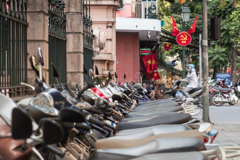 Μηχανικά δίκυκλα και κομμουνιστικό σύμβολο προπαγάνδας στο Ανόι, Βιετνάμ στοκ φωτογραφία με δικαίωμα ελεύθερης χρήσης