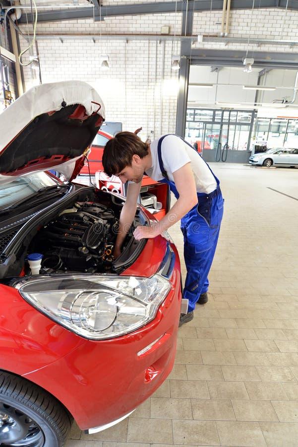 Μηχανικές εργασίες αυτοκινήτων για τη μηχανή ενός οχήματος στο εργαστήριο - στοκ φωτογραφία με δικαίωμα ελεύθερης χρήσης