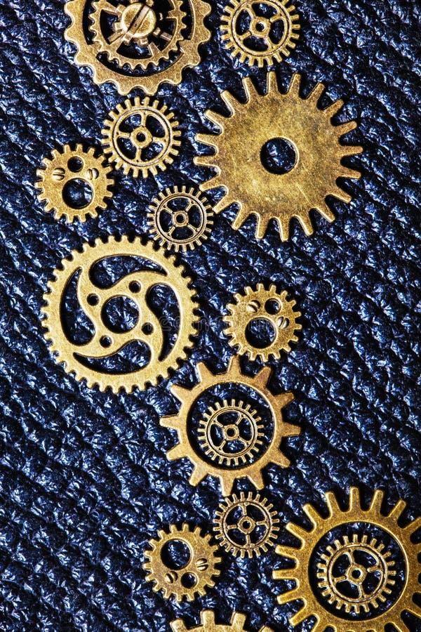 Μηχανικές ρόδες εργαλείων βαραίνω Steampunk στο υπόβαθρο δέρματος στοκ φωτογραφία