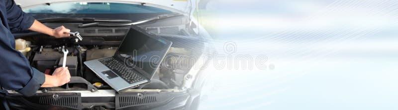 Μηχανική εργασία αυτοκινήτων στην αυτόματη υπηρεσία επισκευής στοκ εικόνες