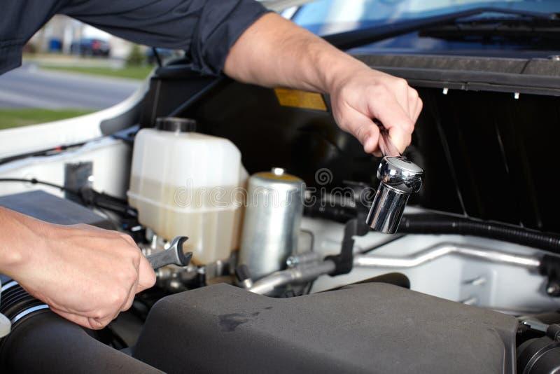 Μηχανική εργασία αυτοκινήτων στην αυτόματη υπηρεσία επισκευής. στοκ εικόνα