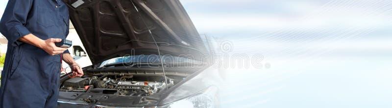 Μηχανική εργασία αυτοκινήτων στην αυτόματη υπηρεσία επισκευής στοκ φωτογραφία με δικαίωμα ελεύθερης χρήσης