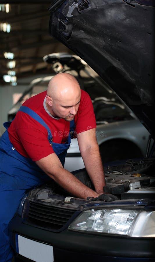 μηχανική εργασία αυτοκι&nu στοκ εικόνα με δικαίωμα ελεύθερης χρήσης
