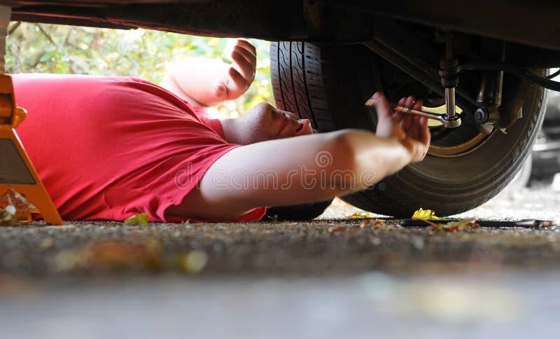 μηχανική εργασία αυτοκι&nu στοκ φωτογραφία με δικαίωμα ελεύθερης χρήσης