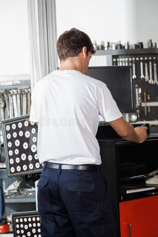 Μηχανική χρησιμοποιώντας μηχανή ευθυγράμμισης ροδών στοκ εικόνες