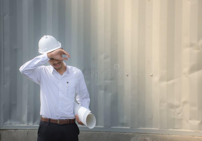 Μηχανικοί, αρχιτέκτονες που κουράζονται της εργασίας στοκ εικόνες