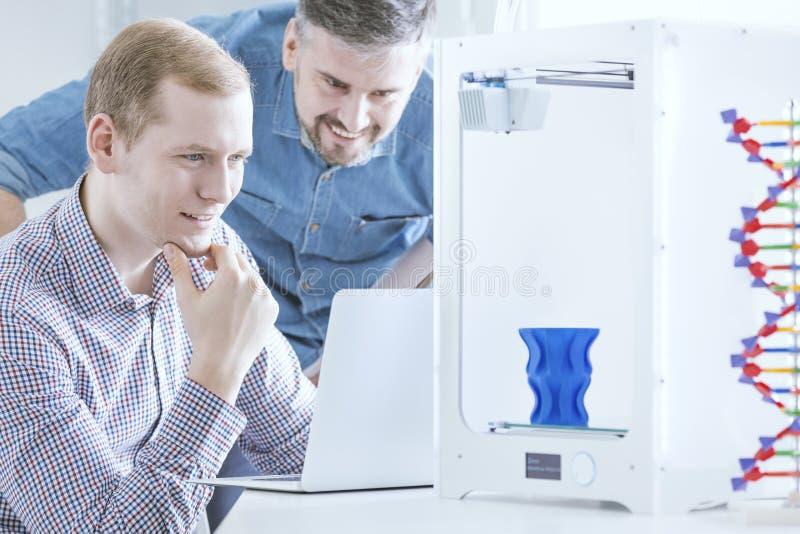 Μηχανικοί που εξετάζουν τον τρισδιάστατο εκτυπωτή στοκ φωτογραφία με δικαίωμα ελεύθερης χρήσης