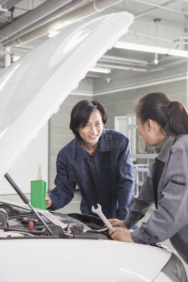 Μηχανικοί που εργάζονται στο αυτοκίνητο στο αυτόματο κατάστημα επισκευής στοκ εικόνες με δικαίωμα ελεύθερης χρήσης