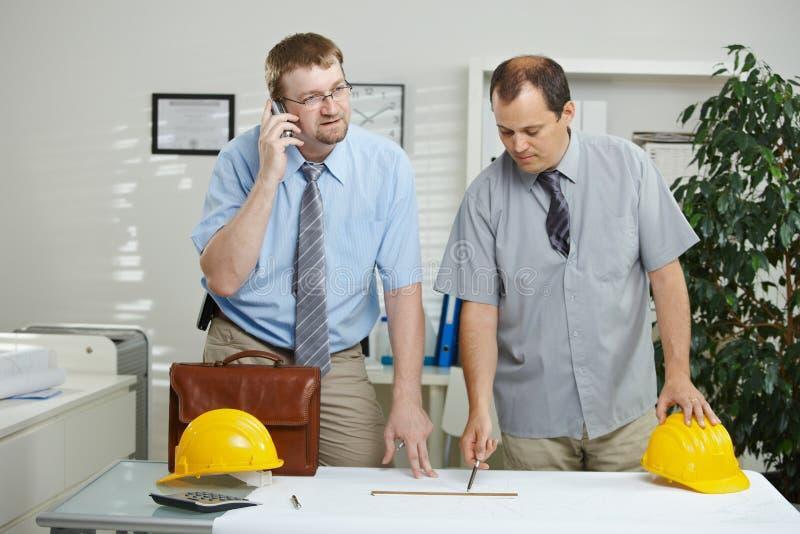Μηχανικοί που εργάζονται στο γραφείο στοκ εικόνες