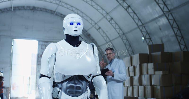 Μηχανικοί που πειραματίζονται με το ρομπότ στοκ εικόνα