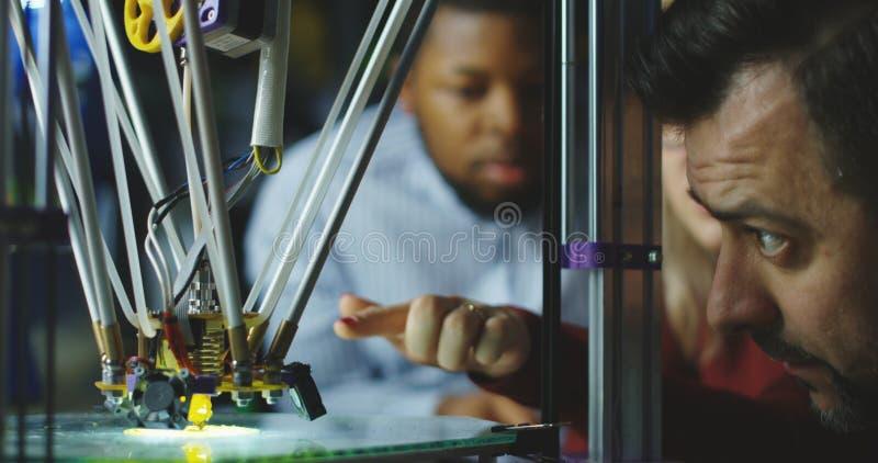 Μηχανικοί που προσέχουν την τρισδιάστατη εκτύπωση στοκ φωτογραφίες με δικαίωμα ελεύθερης χρήσης
