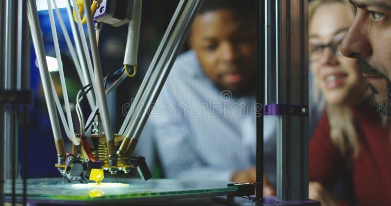 Μηχανικοί που προσέχουν την τρισδιάστατη εκτύπωση στοκ φωτογραφίες