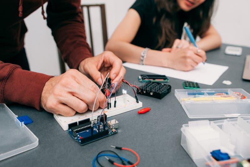 Μηχανικοί που συγκεντρώνουν την ηλεκτρονική κατασκευή στοκ φωτογραφίες με δικαίωμα ελεύθερης χρήσης