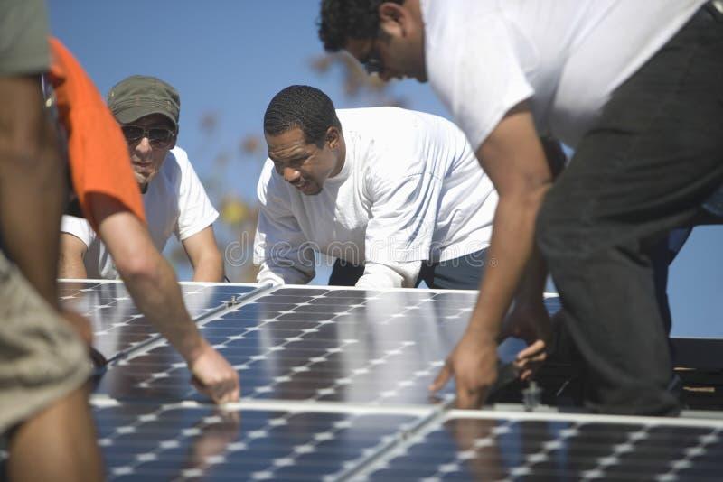 Μηχανικοί που τοποθετούν το ηλιακό πλαίσιο στη στέγη στοκ φωτογραφίες με δικαίωμα ελεύθερης χρήσης