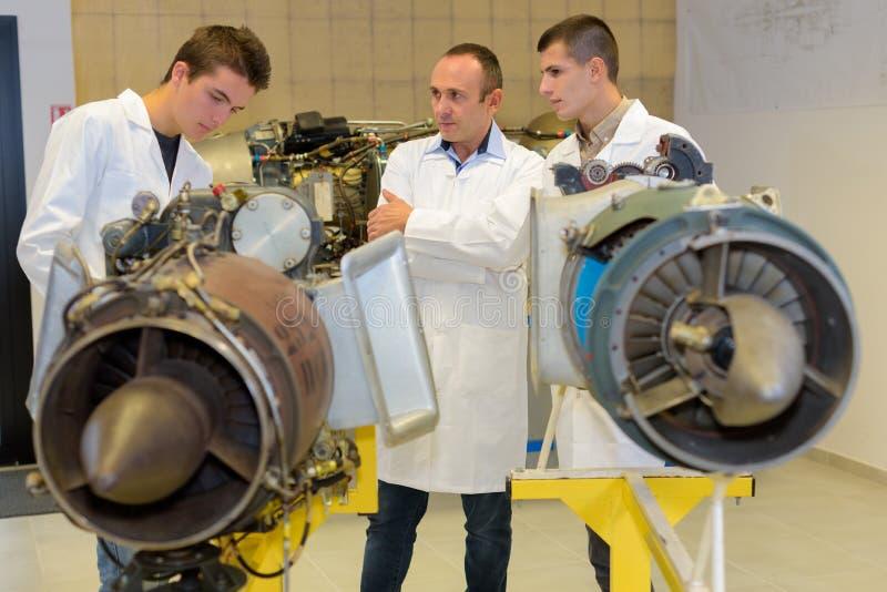 2 μηχανικοί προώθησης εκπαιδευόμενων αεροσκαφών με το δάσκαλο στοκ φωτογραφία με δικαίωμα ελεύθερης χρήσης
