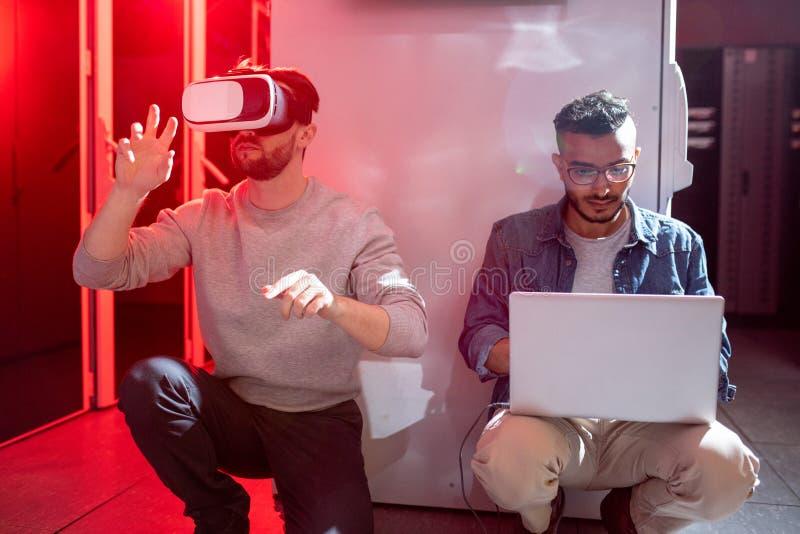 Μηχανικοί ΤΠ που εξετάζουν νέο app για την αυξημένη πραγματικότητα στοκ εικόνα με δικαίωμα ελεύθερης χρήσης
