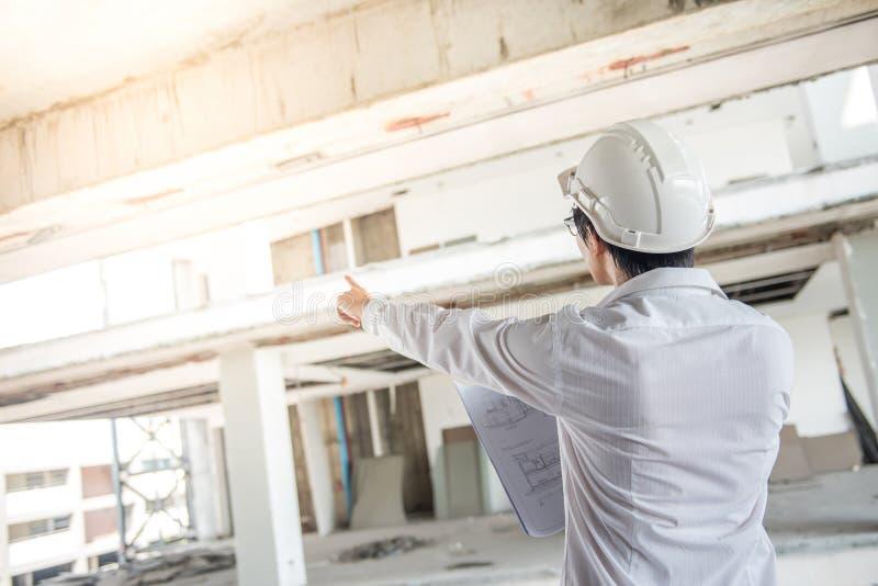 Μηχανικός ή αρχιτέκτονας που ελέγχει το εργοτάξιο οικοδομής στοκ εικόνες με δικαίωμα ελεύθερης χρήσης