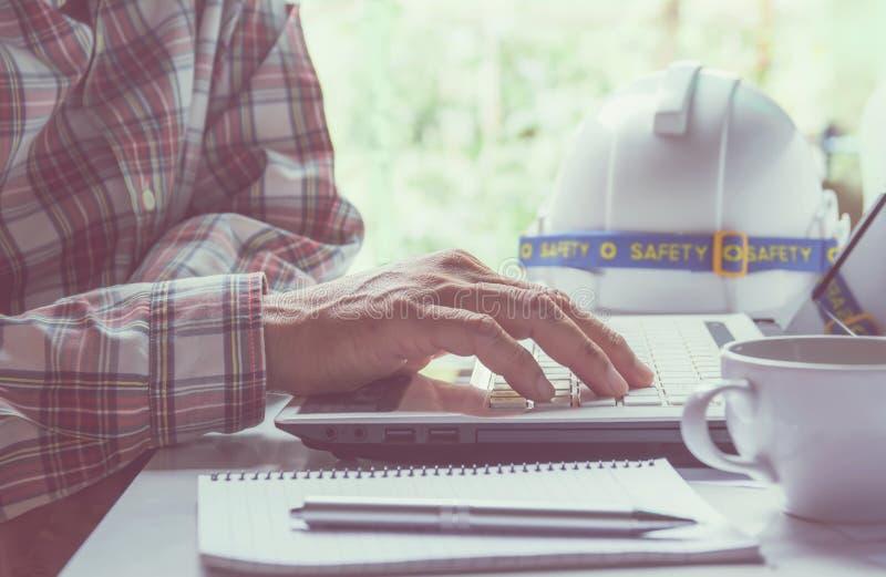 Μηχανικός αρχιτεκτόνων που χρησιμοποιεί το lap-top για την εργασία με το λευκό στοκ φωτογραφία με δικαίωμα ελεύθερης χρήσης
