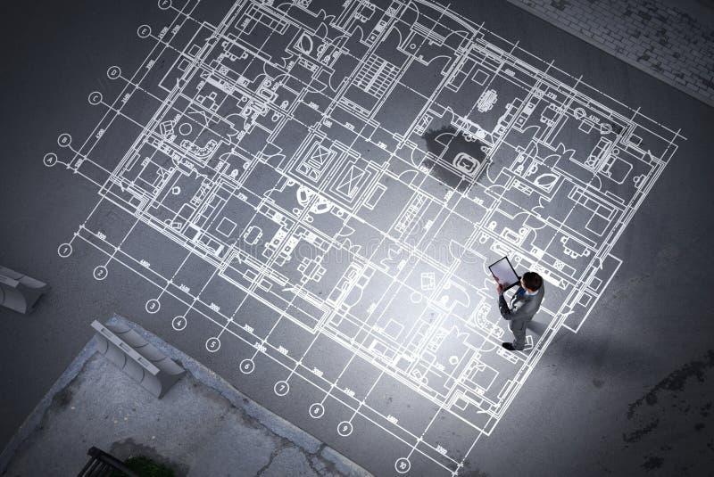 Μηχανικός ατόμων που σκέφτεται πέρα από το σχέδιό του Μικτά μέσα ελεύθερη απεικόνιση δικαιώματος