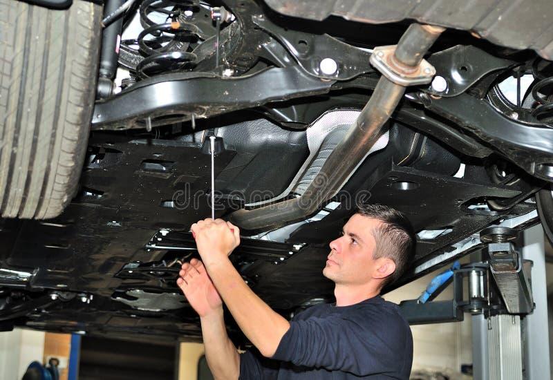 Μηχανικός κάτω από το αυτοκίνητο. στοκ εικόνες με δικαίωμα ελεύθερης χρήσης