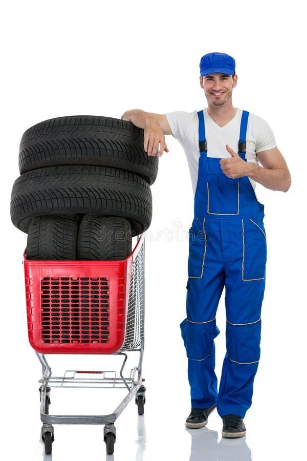 Μηχανικός με το δόσιμο ροδών αντίχειρες επάνω στοκ εικόνα
