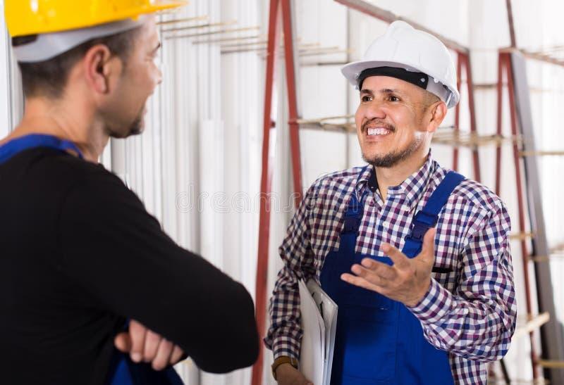 Μηχανικός μηχανικός που επιθεωρεί την εργασία της εργασίας στο εργοστάσιο στοκ φωτογραφία με δικαίωμα ελεύθερης χρήσης