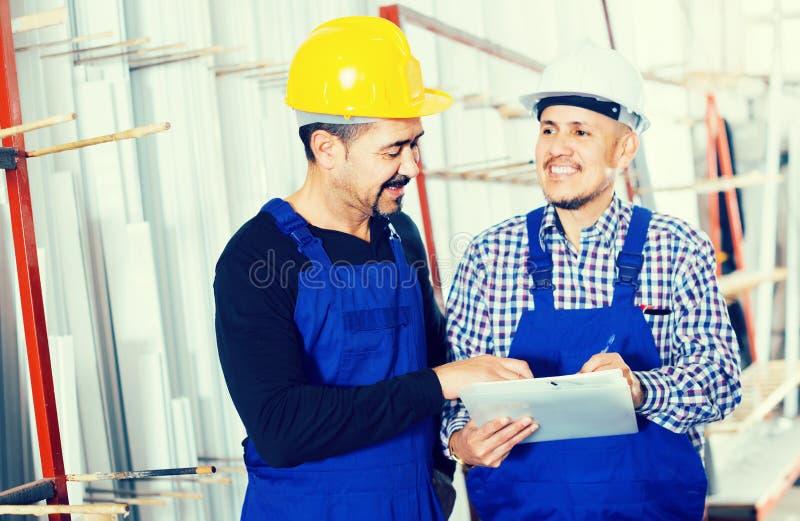 Μηχανικός μηχανικός που επιθεωρεί την εργασία της εργασίας στο εργοστάσιο στοκ εικόνα με δικαίωμα ελεύθερης χρήσης