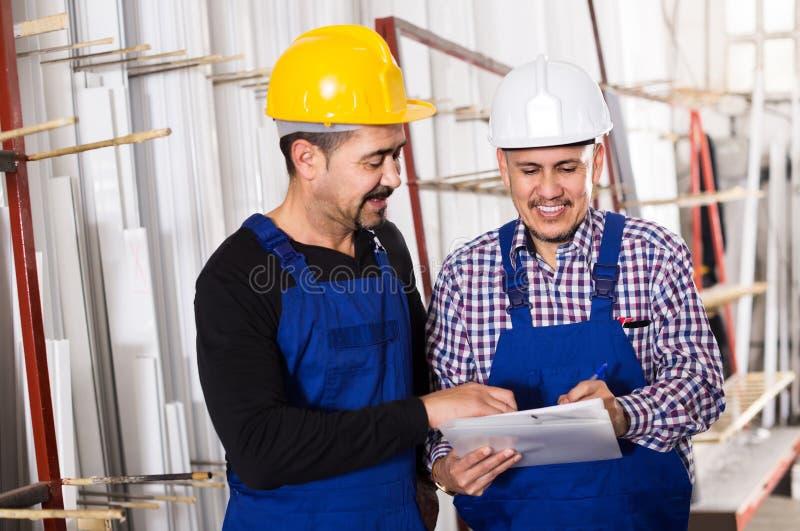 Μηχανικός μηχανικός που επιθεωρεί την εργασία της εργασίας στο εργοστάσιο στοκ φωτογραφία