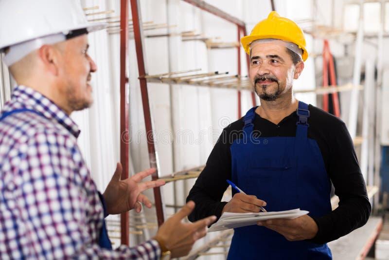 Μηχανικός μηχανικός που επιθεωρεί την εργασία της εργασίας στο εργοστάσιο στοκ εικόνες
