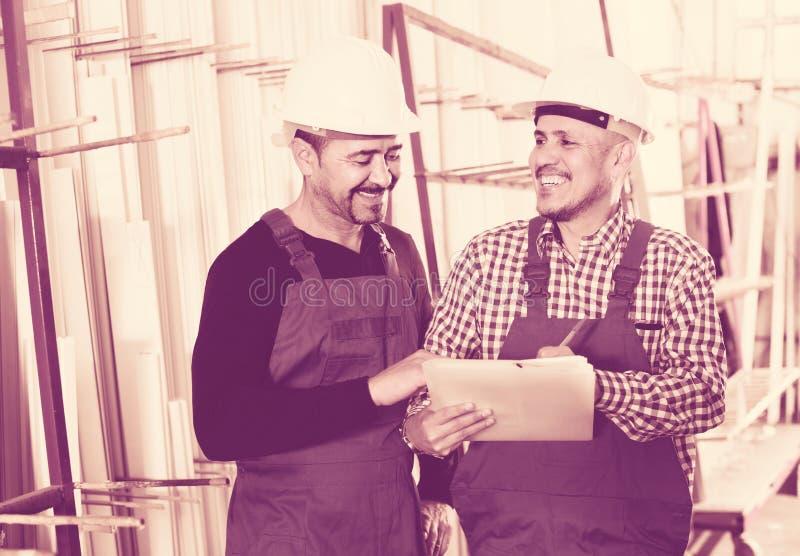 Μηχανικός μηχανικός που επιθεωρεί την εργασία της εργασίας στο εργοστάσιο στοκ εικόνα