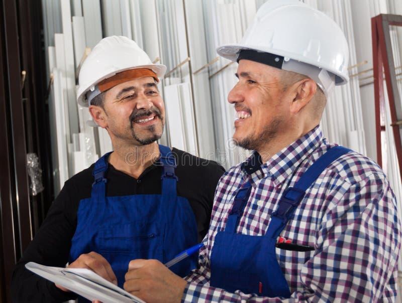 Μηχανικός μηχανικός που επιθεωρεί την εργασία της εργασίας στο σύγχρονο γεγονός στοκ φωτογραφία με δικαίωμα ελεύθερης χρήσης