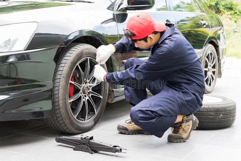 Μηχανικός που αντικαθιστά lug τα καρύδια που αλλάζουν τις ρόδες στο όχημα στοκ φωτογραφίες με δικαίωμα ελεύθερης χρήσης